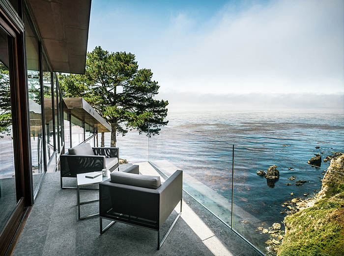 Amazing-patio-that-seems-to-hang-above-the-Pacific-ocean