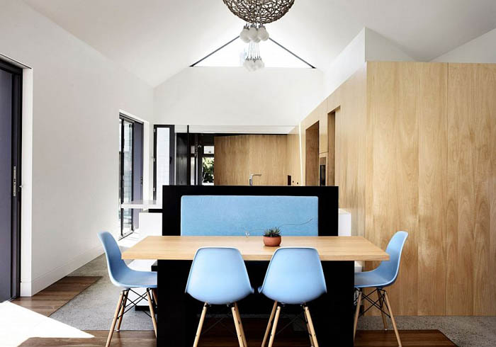 Classic-Eames-chairs-add-a-touch-of-blue-to-the-interior
