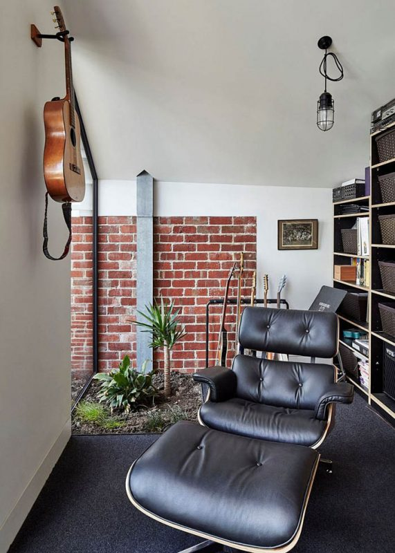 Cool-sitting-area-with-the-Eames-Lounger