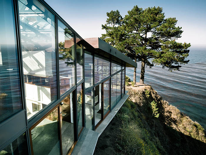 Large-glass-windows-on-the-side-of-the-contemporary-home-atop-a-cliff
