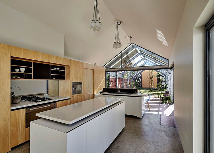 Smart-kitchen-design-that-extends-into-the-courtyard-outside