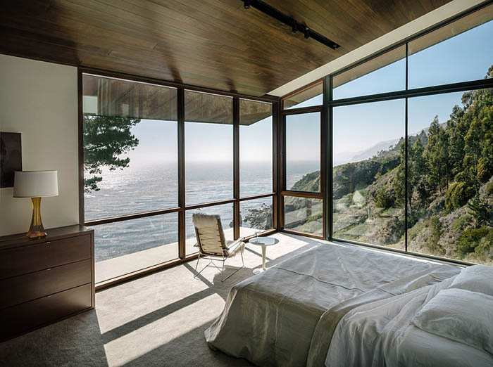 Stunning-contemporary-bedrrom-of-cliffside-california-home-with-Pacific-Ocean-views